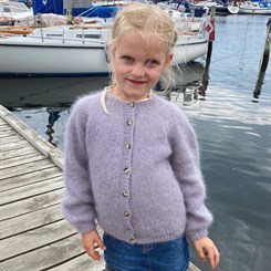 Novice Cardigan Junior - Mohair Edition - strikkeopskrift fra PetiteKnit