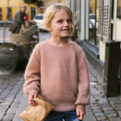 Novice Sweater Junior - Mohair Edition - strikkeopskrift fra PetiteKnit i str. 1-14 år