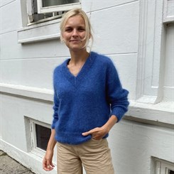 Stockholm Sweater V-Neck - strikkeopskrift fra PetiteKnit