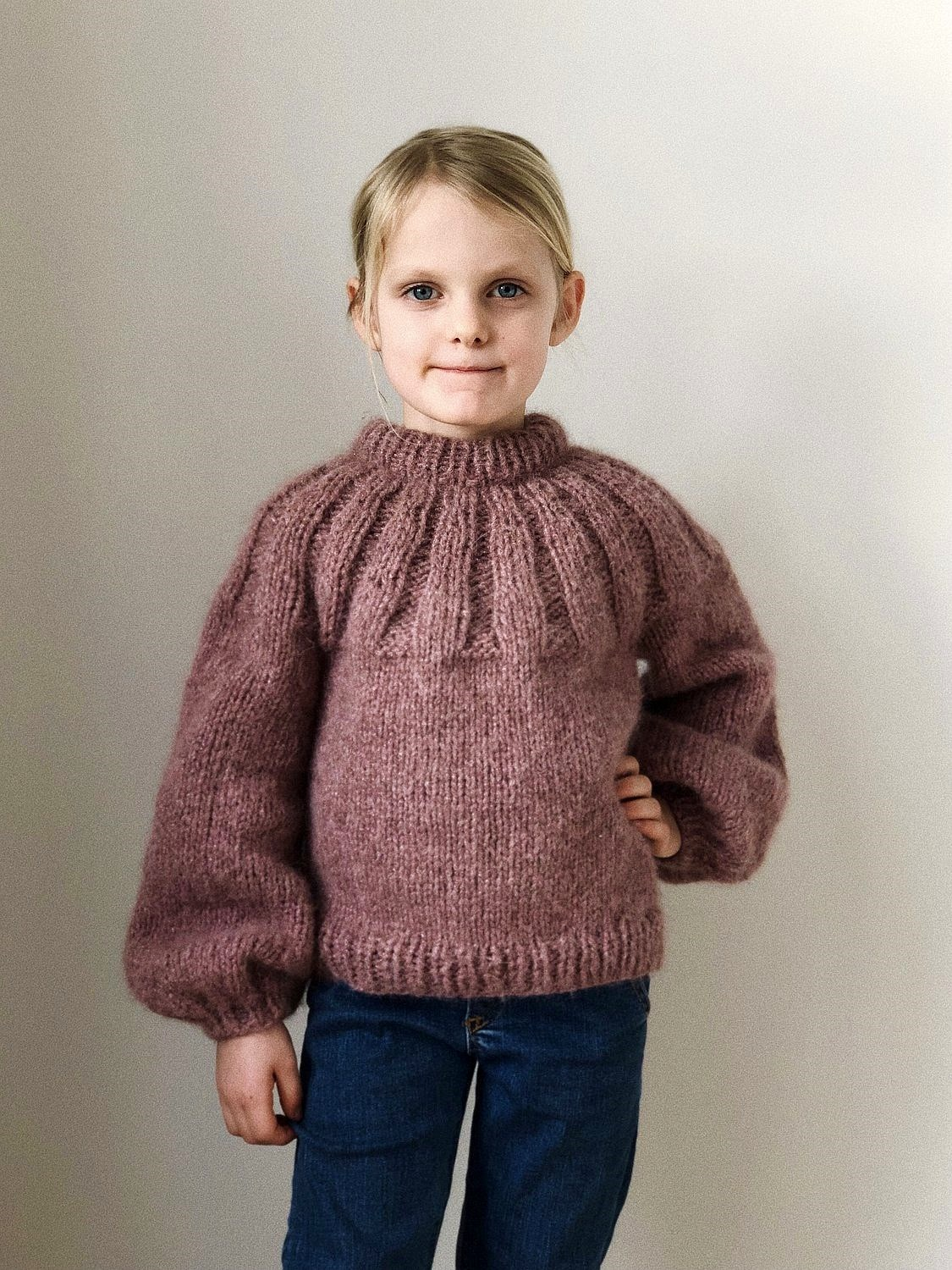 Sunday Sweater Junior strikkes i Snefnug fra CaMaRose